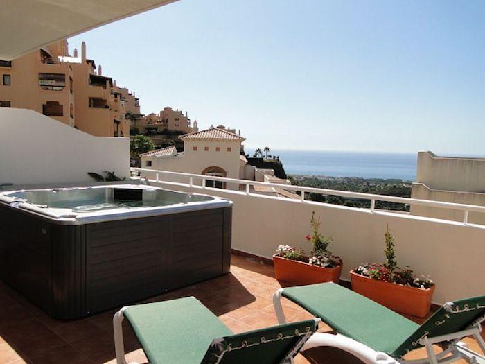 dachschrägen farblich gestalten grüne liegestühle zum sonnen auf der terrasse balkon im letzten stock mit jacuzzi und einmalige aussicht