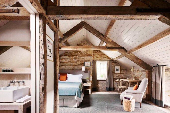 dachschrägen farblich gestalten pastellfarben hellblaue bettdecke hölzernes design der wohnung wohndesign interieur ideen sessel