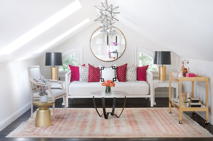 dachschrägen farblich gestalten sofa in weiß mit bunten dekorativen kissen rot zyklame weiß schwarz spiegel darüber sessel kleiner kaffeetisch