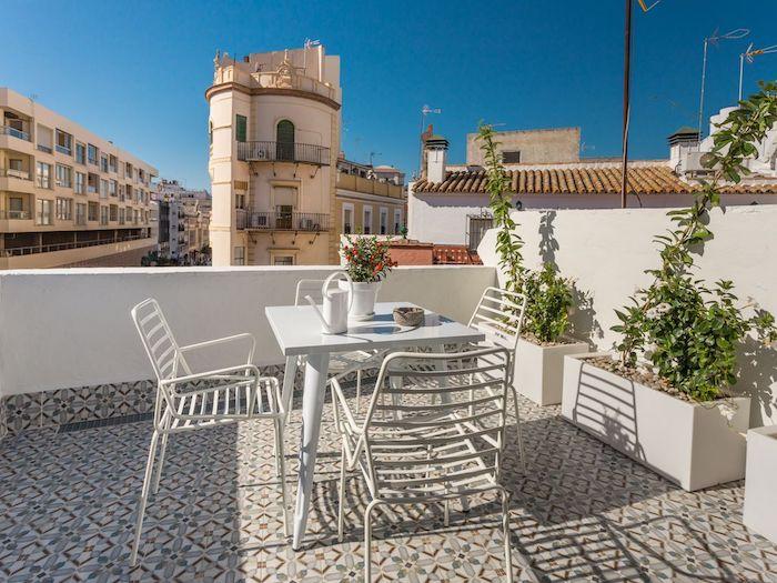 dachwohnung einrichtungsideen terrasse auf dem letzten stock sitzecke pflanzen in töpfen stühle tisch vase mit blumen