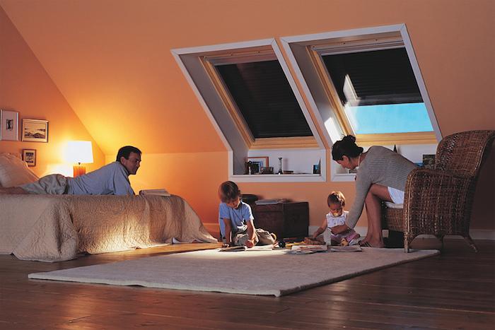 dachgeschosswohnung einrichten kinder und eltern spielen zusammen auf dem boden in der mansarde schlafzimmer maisonette bett puzzle