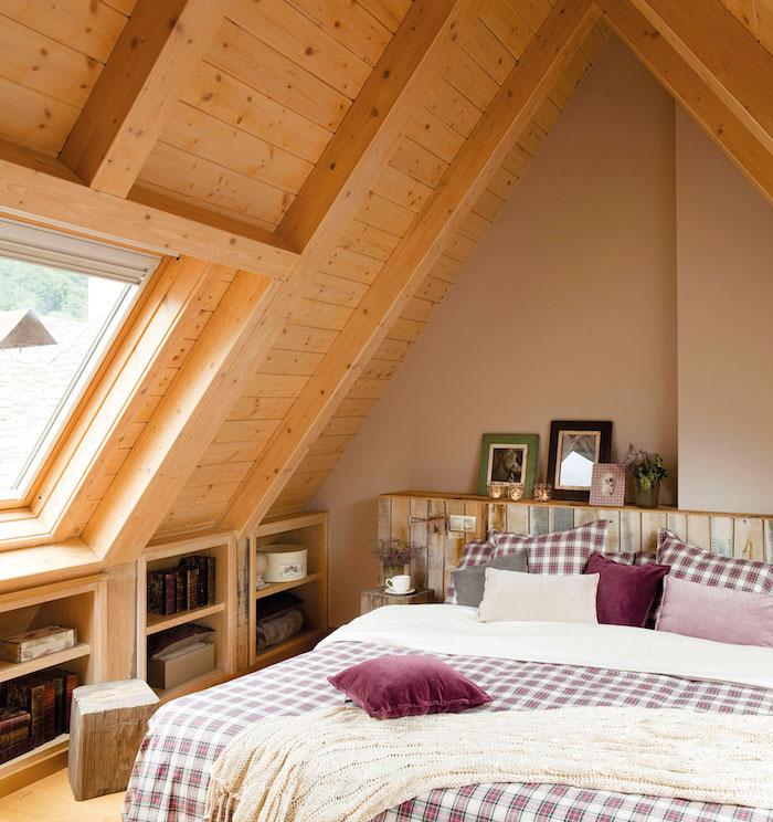 Dachgeschosswohnung Einrichten Holzhaus Schlafzimmer Auf Dem Zweiten Stock  Einer Maisaonette Bettwäsche In Weiß Und Lila Violet