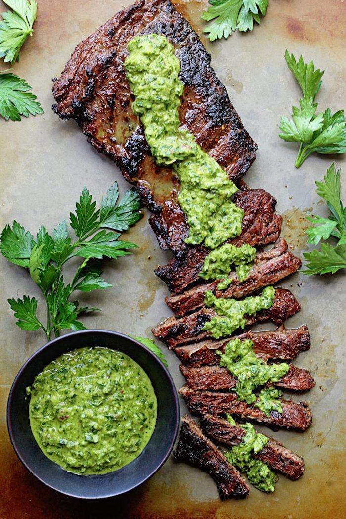 rezepte low carb fleisch enthält keine kohlenhydrate und gibt dem organismus energie und stärke pesto soße in schüssel