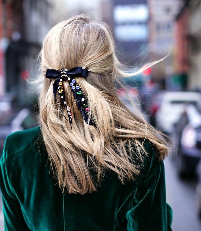 mittellange haare mit weihnachtlichen schleifen verzieren haarspange glitzer blondes haat grünes outfit