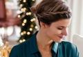 20 glänzende DIY Frisuren für mittellange Haare zu Weihnachten