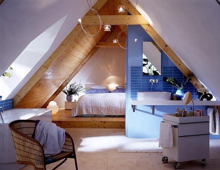 dachwohnung in lila und blau holzhaus selber einrichten romantisches flair zu hause bett dezentes licht schlafzimmer mit eigenem bad