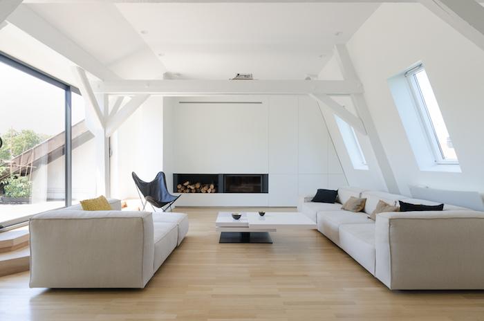 dachgeschoss einrichten kamin mit holz holzstücke champagner farbe für das sofa sessel treppe zur terrasse in mansarde wohnen