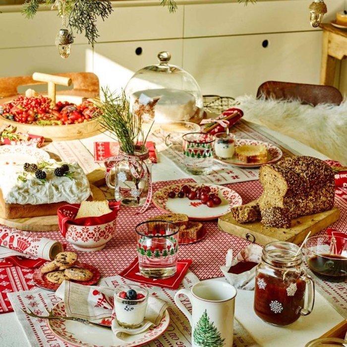 bilder weihnachten das zuhause verschmücken vorbereitung auf weihnachten frisch gedescter tisch