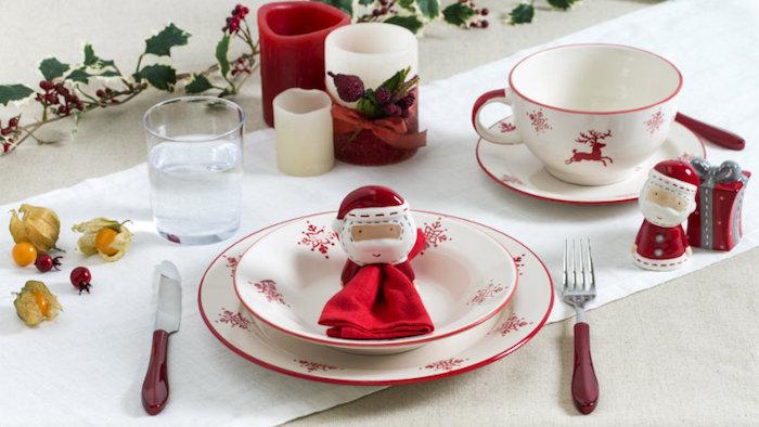 weihnachten deko niedliche weihnachtsfiguren als deko auf dem tisch weihnachtsmann figur deko idee dekoration kerze gabel tasse weiße tischdecke