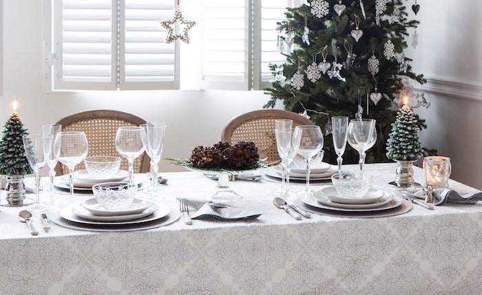 weihnachtsbaum deko silberne dekorationen weihnachtsbaumschmuck idee silbern harmonisch mit der tischdecke kombiniert