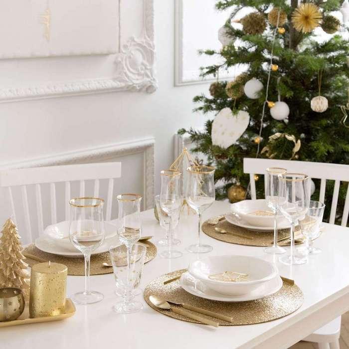 weihnachtsbaum deko weißes herz glitzermotive kugeln in weiß und golden schnee goldene tischdeko elegant gedeckter tisch