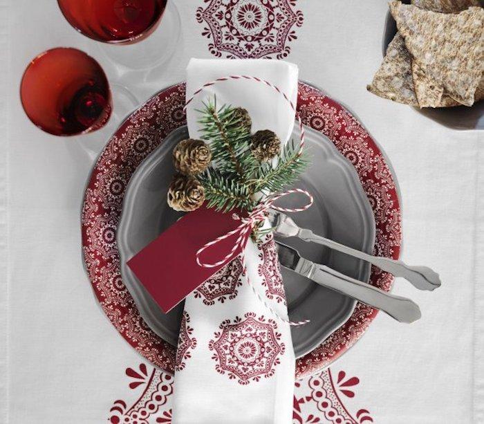 bilder weihnachten weiße tischdecke mit roten elementen an sich rote schneeflocken deko teller mit serviette coole idee