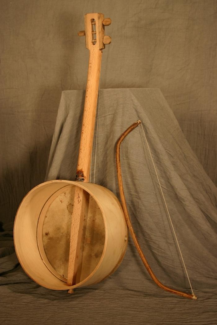 die offene Rückseite der Tschuniri, ein dicker Stab aus Birkenholz, Bogen aus Eiche, dekorative Decke in grauer Farbe