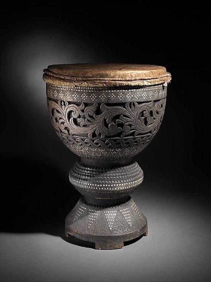 Dabakan aus den Philippinen, gefertigt aus Holz in grauer Farbe und Leder in brauner Farbe, Holzschnitzereien