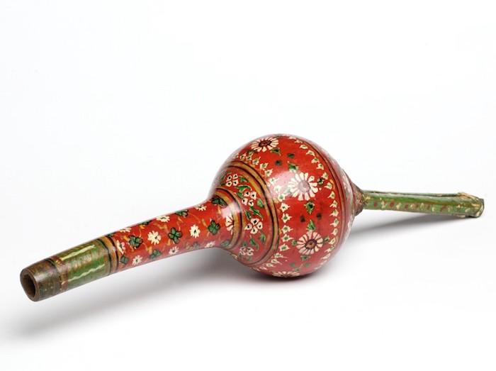 Pungi aus Indien zur Beruhigung von Kobras, rot gestrichenes Holz mit weißen und grünen Blümchen