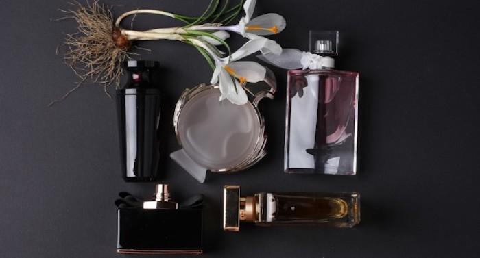 parfüm für dich, verschiedene parfumflaschen aus glas, parfum aus natürlichen produkten