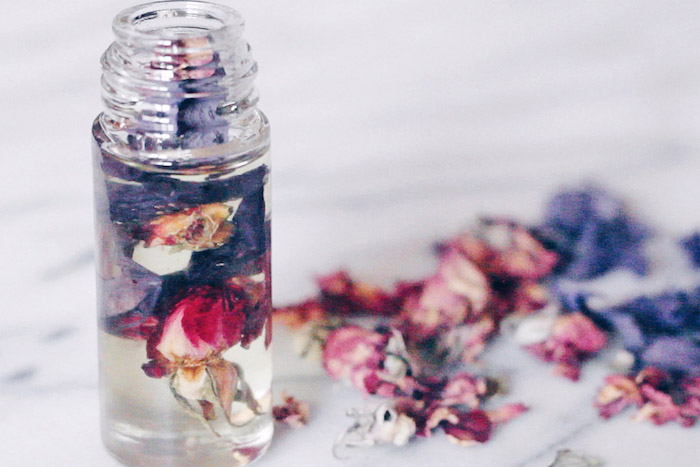 parfüm für dich, roll on parfüm mit getrockneten blütenblätter
