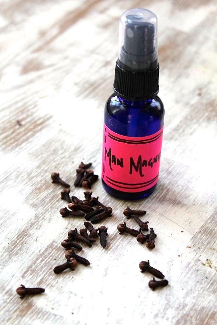 parfumöl, sprüflasche mit selbstgemachtem parfüm mit vanille