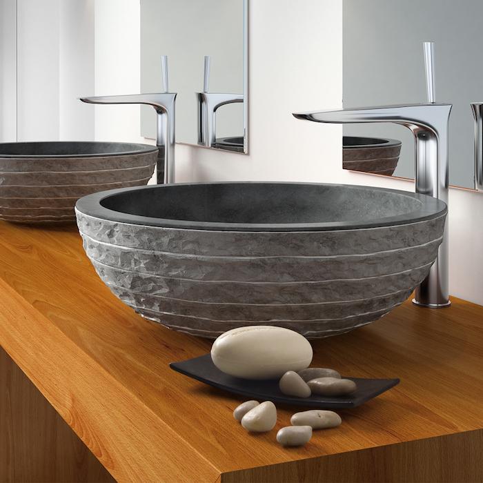 Naturstein-Waschbecken in runder Form, Waschbeckentisch aus Holz mit zwei Waschbecken, Deko aus weißen und grauen Flusssteinen