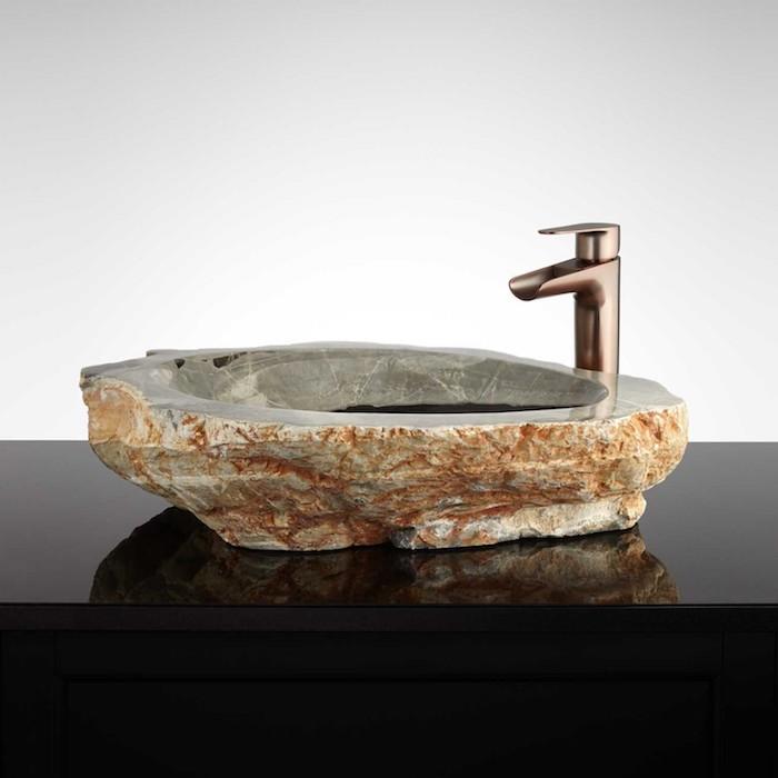 Naturstein-Waschbecken mit Trog aus Flussstein, Wasserhahn aus Kupfer, schwarzer Waschbeckentisch