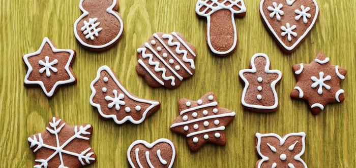 Pfefferkuchen in unterschiedlichen Formen mit weißem Zuckerguss, Ingwerkuchen in der Form von Sternen, Schneemännern, Schneeflocken, Blumen und Herzen
