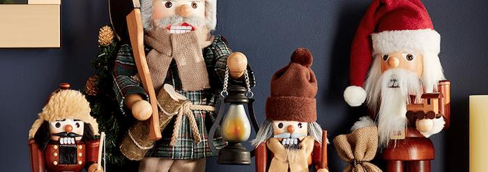 vier Modelle von dekorativen Nussknackern aus Holz, hölzerne Weihnachtsmann-Figur, kleines Säckchen aus Hanf