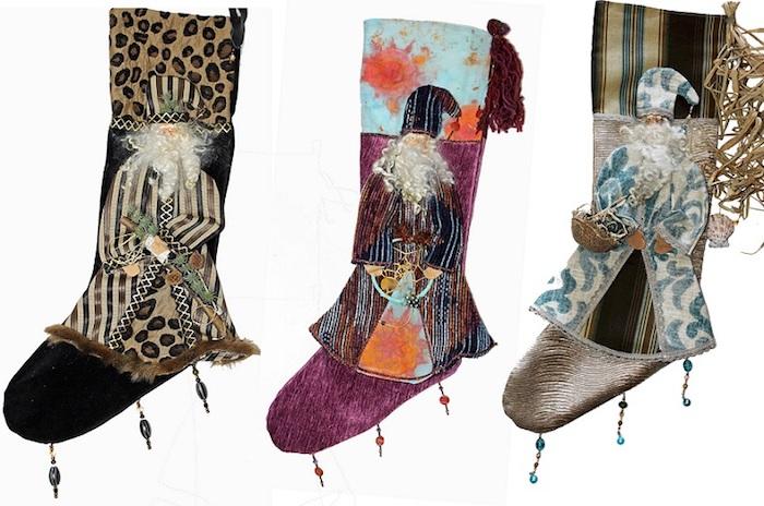 drei dekorative Nikolaus-Socken mit Weihnachtsmotiven, schwarze Socke mit Leopardenprint, Socke in Violett und Hellblau mit orangen Blumen, Socke mit Streifenmuster, dekorative Glasperlen in drei Farben