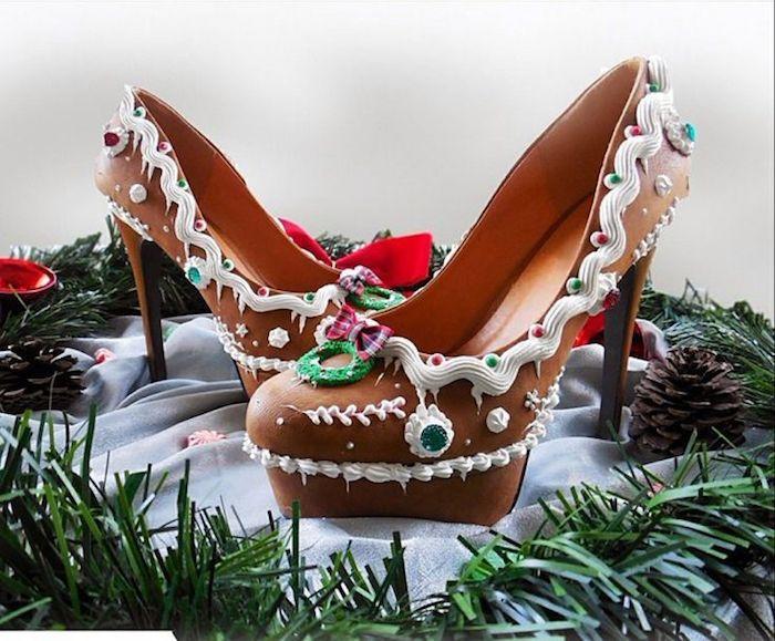 Frauenschuhe mit Absatz aus Milchschokolade, dekoriert mit Sahne und Zuckerperlen, echter Schokoladengenuss, grüner Weihnachtskranz, Zapfen, Schleifen