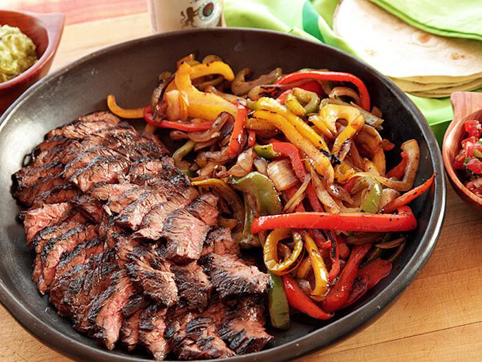 no carb rezepte zum genießen fleisch in stücken geschnitten paprika zwiebel und tomaten gemüse fleisch gericht