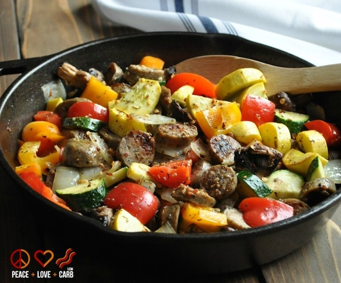 no carb rezepte fleisch kleine stücke gemüse zucchini tomaten paprika pfanne speise gericht hölzerne löffen
