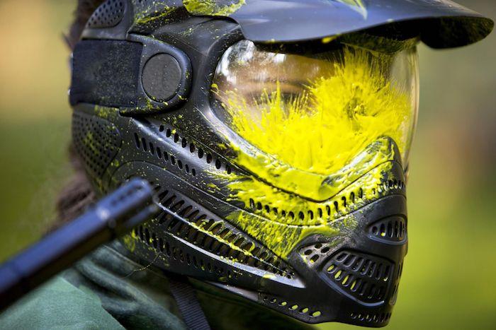 das lustspiel kann auch gefährlich werden achten sie auf die gute ausrüstung maske markierer
