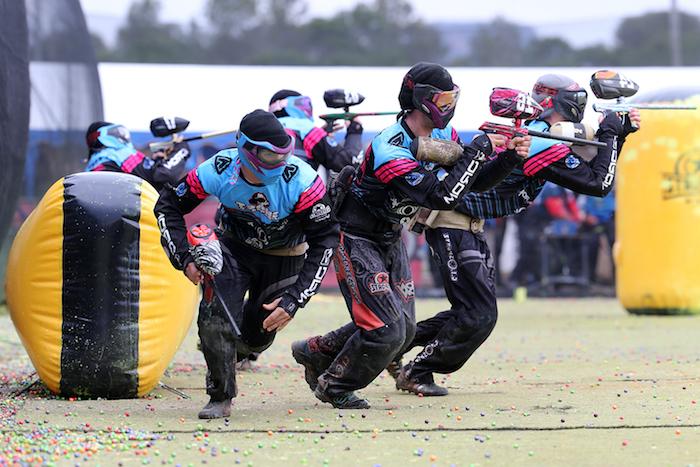 strategien zusammen entwickeln drei männer spielen zusammen paintball