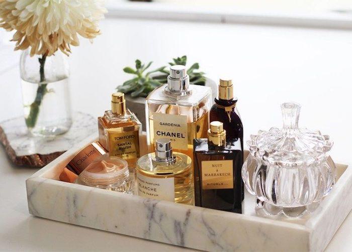 parfüm für dich, kosmetik organizer mit vielen verschiedenen parfümen