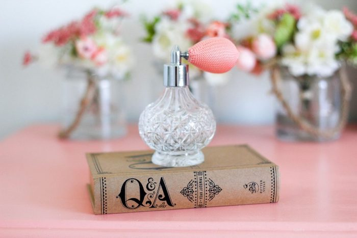 parfum mit jasmin in parfümflasche in retro stil, geschenke für frauen