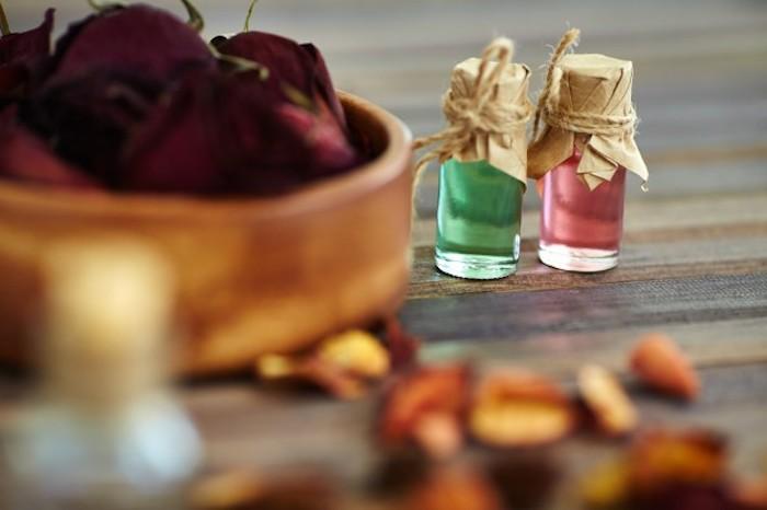 parfüm für dich, getrocknete rosenblätter, parfümöle mit rosen und pfefferminze