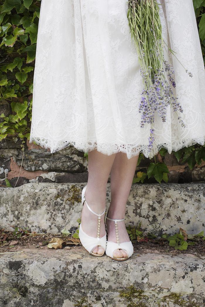 schöne und elegante Brautschuhe in Elfenbein Farbe