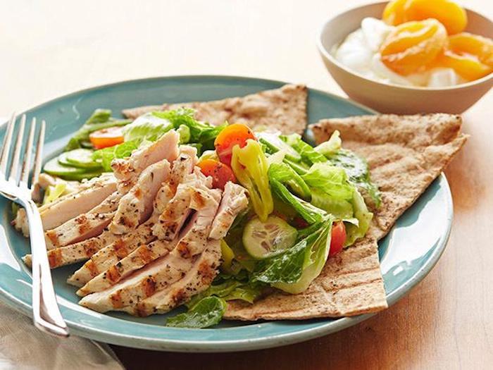 ketogene rezeptetortilla brötchen mit fleisch und salat gemüsesalat nachtisch jogurt mit früchten