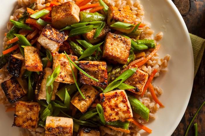 geräucherter tofu gericht mit frischem gemüse zwiebel petersilie reisspeise mit möhren und gurken