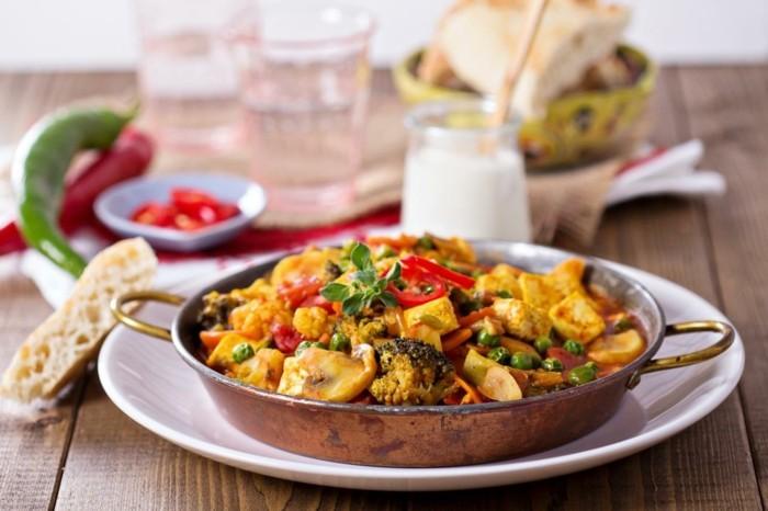 rezept seidentofu tofu speise in der pfanne servieren bunte speise mit viele gemüsesorten pilze erbsen brokkoli paprika tofukäse serviert mit brötchen