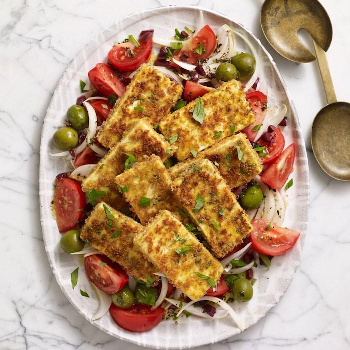 geräucherter tofu frischer salat tofu gericht zum genießen tomaten und oliven mit zwiebel gericht frisch sommer