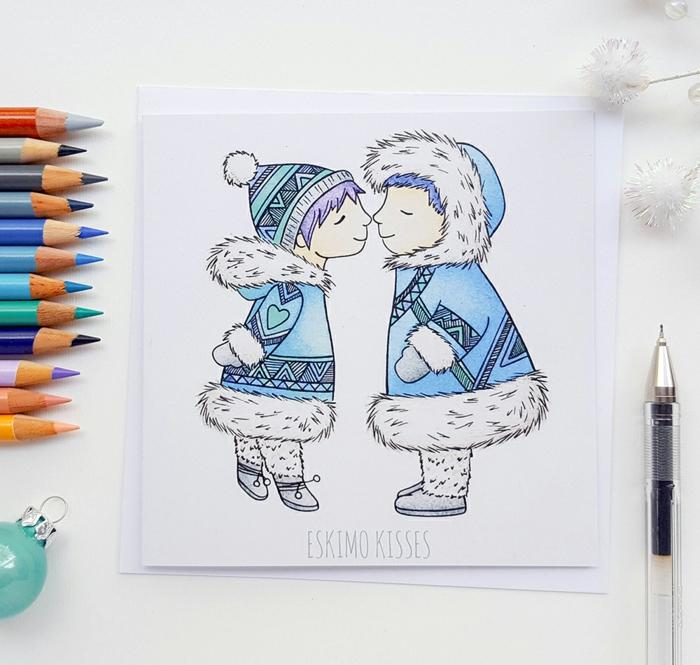 Süße Weihnachtskarte mit zwei Eskimos, Eskimokuss, sich die Nasenspitzen berühren, Buntstifte und blaue Christbaumkugel