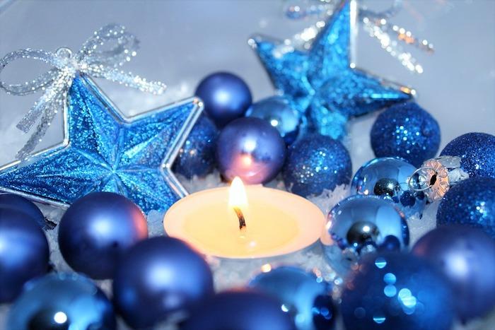 Weihnachtsbaumkugeln in Blau, blaue Kugeln Matt und mit Glanz, blaue Sterne mit Glitzer mit silbernen Schleifen, Tellichter