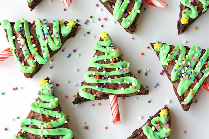 Kuchen mit Schokolade in Triangelform, Brownies mit Walnüssen, grünem Zuckerguss und Schokoperlen in verschiedenen Farben, Weihnachtsbaumkuchen mit Schokolade, Karamellutscher