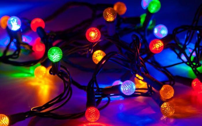 eine lange Lichterkette mit kleinen Lämpchen mit grünem, weißen, roten und orangem Licht