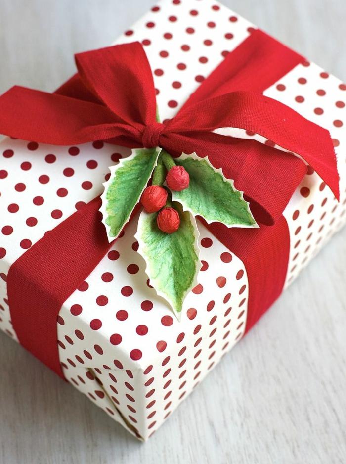 Ideen für Geschenkverpackungen, Mistel aus Papier basteln und mit Band am Geschenk befestigen