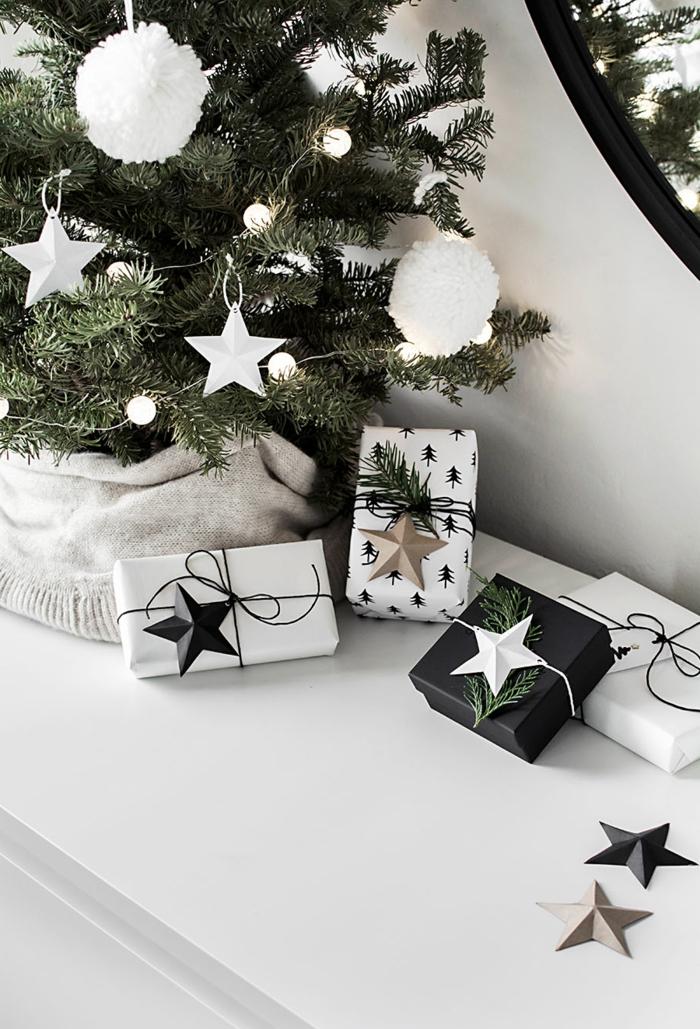 Weihnachten in Schwarz und Weiß, Geschenke mit Tannenzweigen und Sternchen verziert