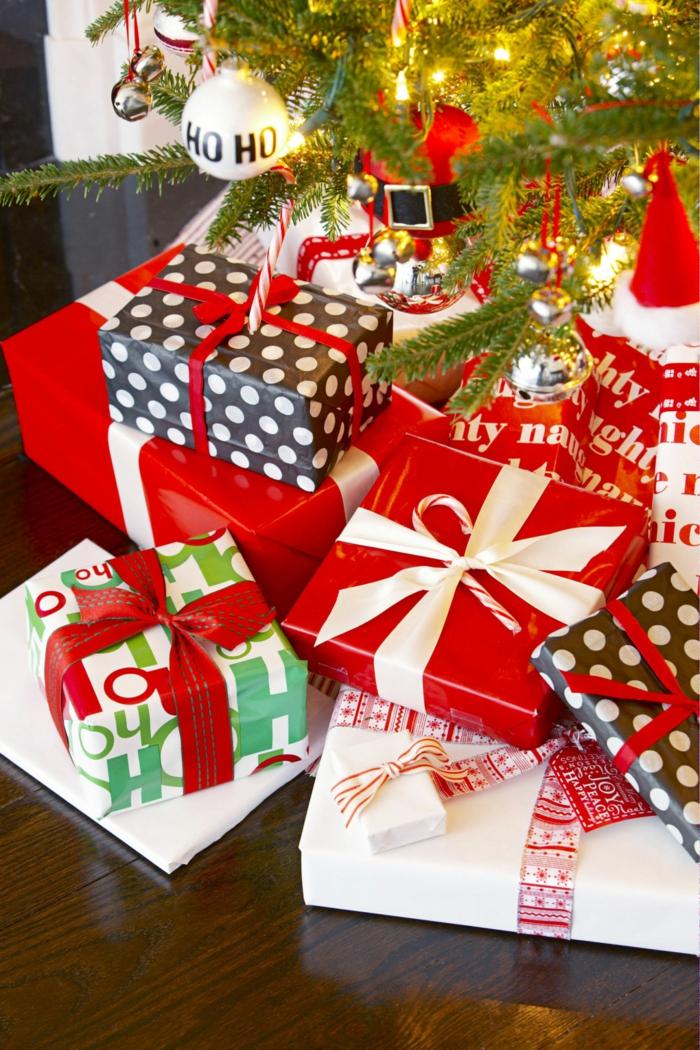Viele Geschenke unter dem Weihnachtsbaum, schön verpackt und verziert, tolle Überraschungen für alle