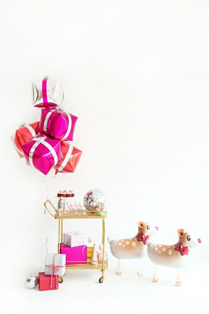 Luftballons als Rentiere und Geschenke, schöne Überraschungen zu Weihnachten, Weihnachtsgeschenke und Dekorationen