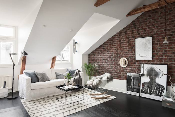 möbel für dachschrägen sofa teppich weiß schwarzer teppich wandbild wanddeko hut stehlampe grüne pflanzen