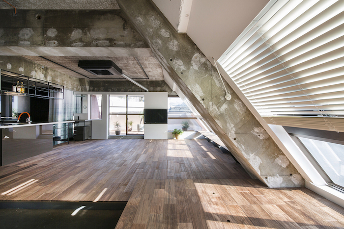 Dachgeschoss Einrichten Robustes Design In Der Wohnung Kamin Küche  Holzboden Fenster Terrasse Balkon Storen
